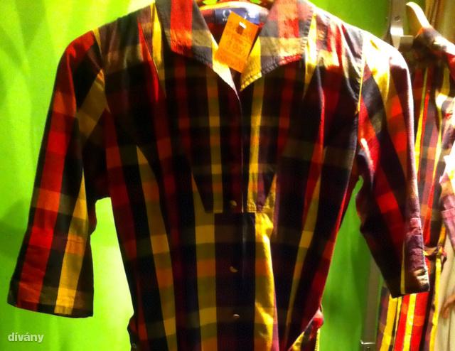 Balkáni szezon: az apró second hand a márkákra megy rá. Ez a Fred Perry ingruha 9990 Ft.