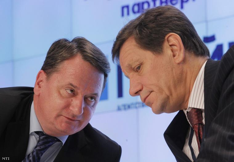 Kovács Béla a Jobbik Magyarországért Mozgalom európai parlamenti képviselője az EP ipari kutatási és energiaügyi bizottságának a tagja (b) és Alekszandr Zsukov az orosz parlamenti alsóház az Állami Duma első elnökhelyettese beszélget az Oroszország Gáza 2012 című nemzetközi fórumon Moszkvában 2012. november 20-án.