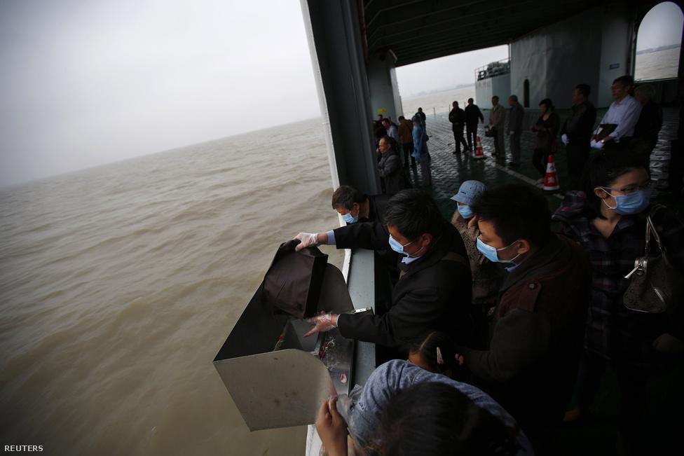 Pekingben a kevéssé kiemelt sírhelyeknél sem ritka, hogy 14 millió forintot kérnek el négyzetméteréért. Ez bőven meghaladja a fővárosi, te a sanghaji lakásárakat is.