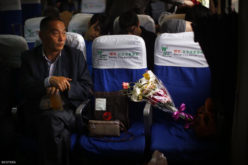 """""""Otthon is tudjuk ápolni szeretteink emlékét, nem kell hozzá sírhely. Elég ha megőrizzük a lelkünkben, nem kell ezt másoknak is mutogatni"""" – vigasztalta magát a hamvasztás mellett döntő Zhao, aki feleségét vesztette el."""