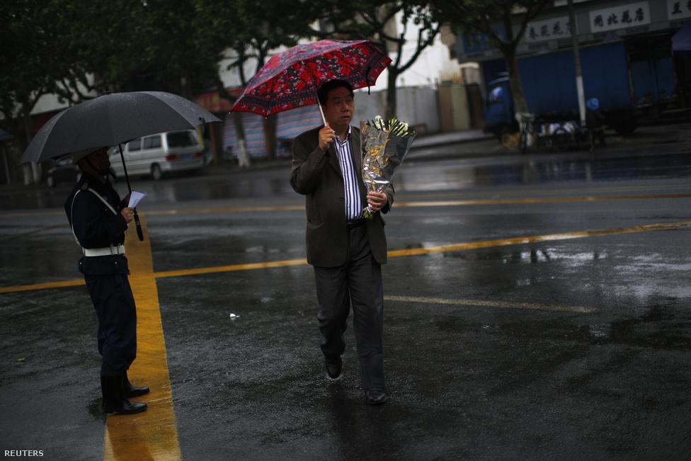 Rokonának hamvaival indul útnak a temetőhajóhoz egy sanghaji férfi. Néhány évtizede még elképzelhetetlen volt, hogy az elhunytat hamvasszák és a tengerbe szórják, ám a növekvő városok ingatlanjainak – így temetkezési helyeinek – áremelkedésével egyre többen választják a hagyománnyal szakító szertartást.