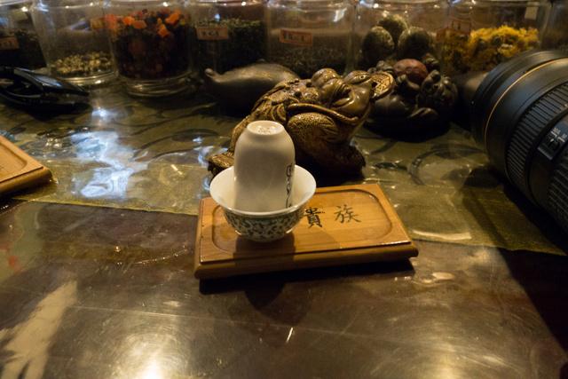 A  teaszertartás egyik különösen izgalmas pontja a gyűszűk átfordítása
