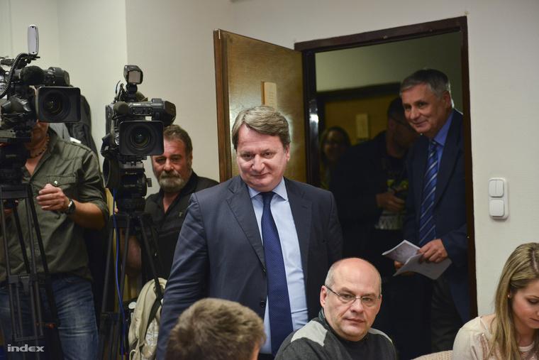 Balczó Zoltán és Kovács Béla érkezik a Képviselői Irodaházban tartott sajtótájékoztatóra 2014. május 15-én.
