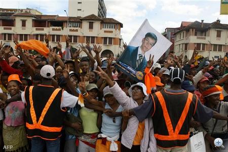 Marc Ravalomanana azonban nem a hírek szerint a katonaság támogatását élvező ellenzéki vezetőnek adta át a hatalmat, hanem katonai direktórium segítségével hidalná át a következő elnökválasztásig tartó időszakot.