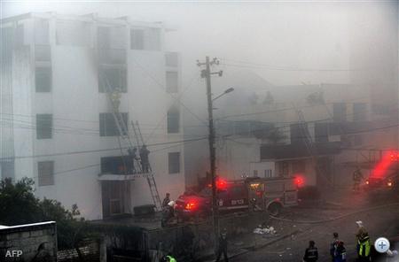 Tűzoltók menekítik a lakókat