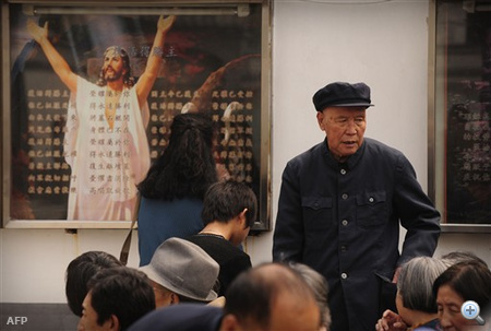 Peking: kínai katolikusok gyülekeznek misére a főváros egyik keresztény templománál