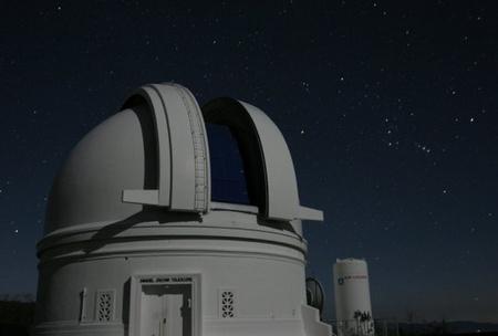 Az 1,22 m-es Samuel Oschin Schmidt-teleszkóp kupolája a Palomar-hegyen