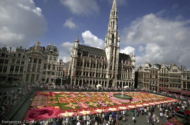 Kétévente augusztusban pedig virágszőnyeggel borítják be a Grand Place területét