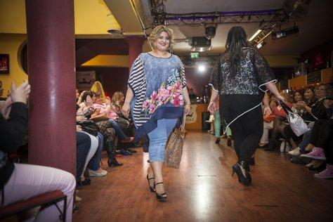 Divatnap teltkarcsú nőknek: a tunika és a cicanadrág itthon a sláger