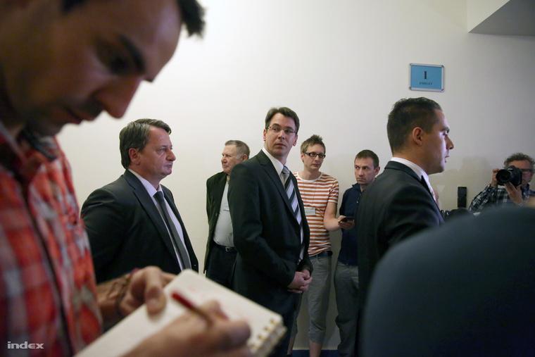Kovács Béla,Mirkóczki Ádám és Vona Gábor a bizottsági ülést követő sajtótájékoztatón