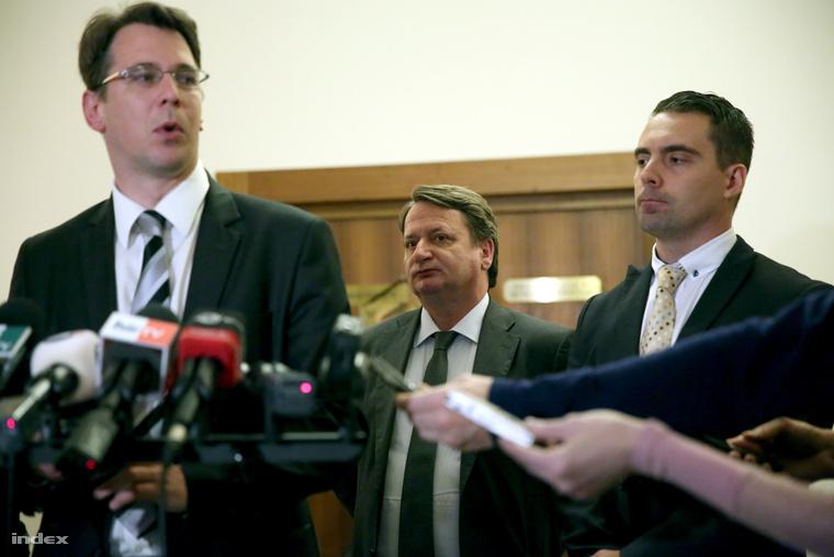 Mirkóczki Ádám, a bizottság jobbikos tagja jelezte: a testület ülésének a szakszolgálatok meghallgatásáról szóló részét hosszú időre titkosították