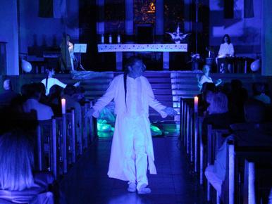 Jézus táncol, énekel és rajongókat ölelget a templomban