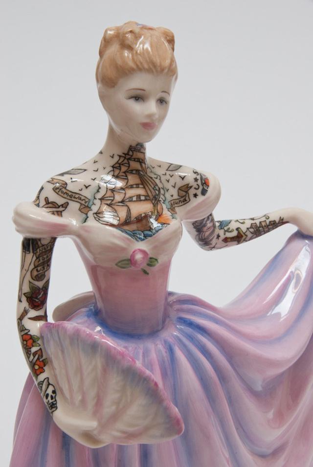 """Párizsban a napokban nyílt megJessica Harrison legelső egyéni kiállítása """"Flash """" néven, melyen kézműves szobrait és kerámiákra készített variációit állítják ki június 24-ig a Galerie LJ-ben."""