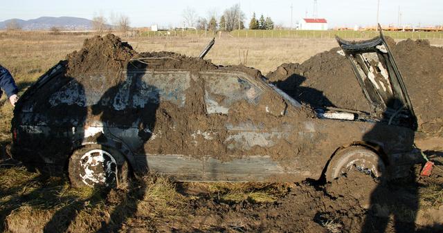 Van, aki a saját autóját lopja el, biztosítási csalásként. Ezt a BMW-t például elásta a tulajdonosa
