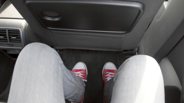 Hátratolt üléssel ennyi hely van egy 185 centis ember mögött, ha egy 185 centis ember ül hátul