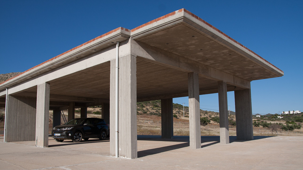 Rájöttem - Görögországban talán nem is félbehagyott építkezések vannak, csupán csak abból az anyagból folytatják őseik romtemplom-építő szokásait, amijük most van: betonból. Ez itt egy étteremnek hazudott épülettorzó az új RAV4-gyel. Persze mi, a műveltek tudjuk, hogy valójában templom