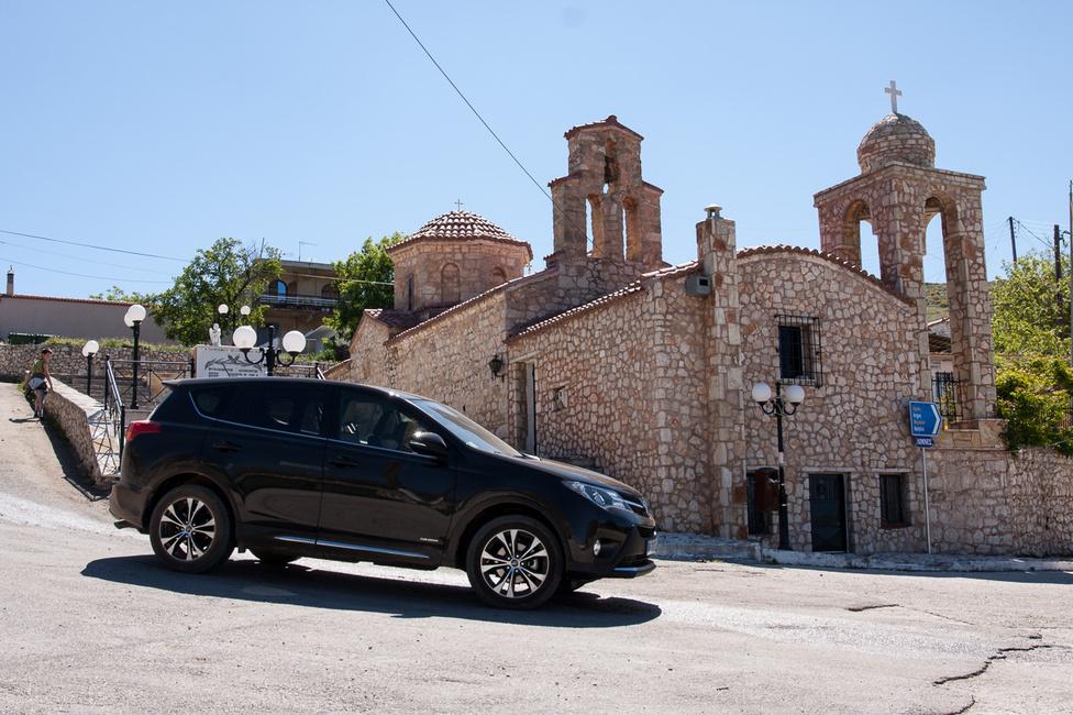 Nem tudom, ezt hol fotóztam, mert a településnév táblákat nem permetezőgépről, nagy nyomással szórják a talajra a görögök - értsd, alig látni olyat - de a görög katolikus templomok azért mindenütt jól néznek ki, még az újak is