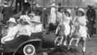 Legutolsó divat szerint öltözött úrinők koldulnak a sarkokon