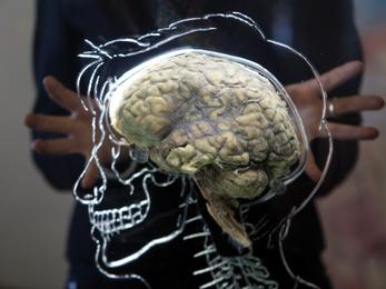 Nem elég az agydaganat? Tessék, egy kis ciánmérgezés!