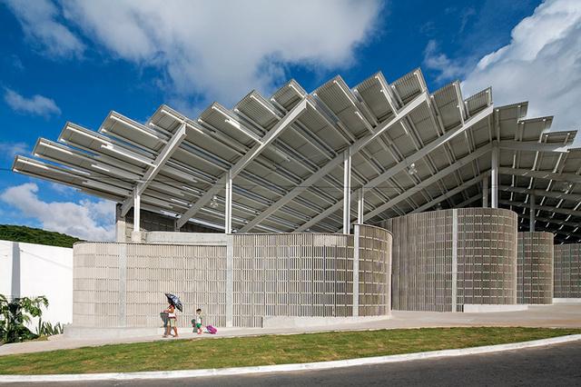 A Herzog & de Meuron átadta a felújított Arena do Morro névre keresztelt sportcsarnokot a Rio Grande északi torkolatánál található Natal szegénynegyedében, a Mae Luízában.