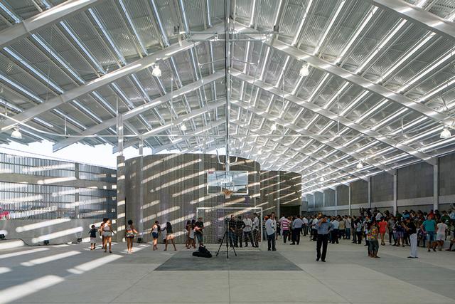 A Pritzker-díjas építészek a 420 férőhelyes tornaterem tervezésénél nagyrészt változatlanul hagyták a már meglévő kanyargós falmaradványokat és a széles tetőt, melyet egyedi gyártású betonnal vontak be.