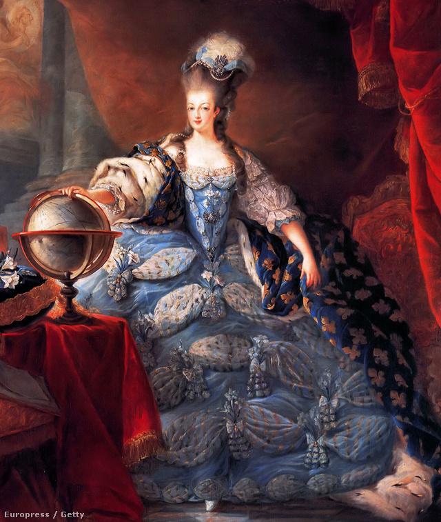 Volt, akiknek Marie Antoinette kék ruhája ugrott be Kardashian Balmain szerelése láttán.