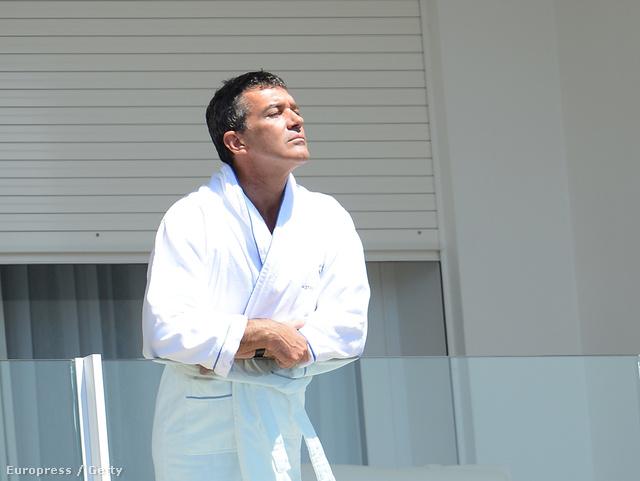 Antonio Banderas csak az arcát napoztatta.