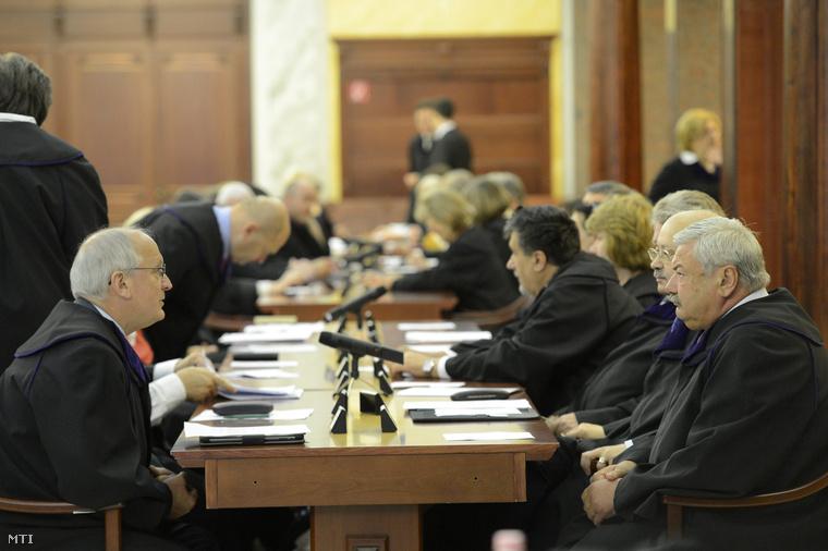 Baka András (b) és Lomnici Zoltán (j) a Legfelsőbb Bíróság korábbi elnökei a Kúria teljes ülésén Budapesten a bíróság dísztermében 2013. június 3-án.
