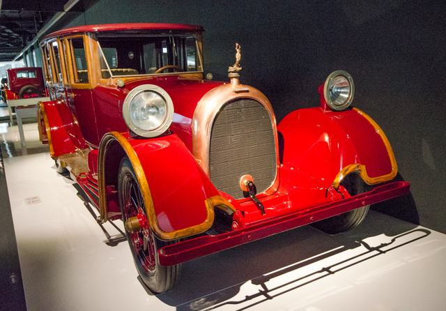 Heine-Velox V12 - 1921. A Heine Zongoragyár sikeres vállalat volt a hangszer-szektorban, de a 20-as évek elején még innen is lehetett sikeres kirándulást tenni az autóiparba. (Igen, igen, a Yamaha zongora is szépen szól.) Ez volt Amerika első olyan autója, amit négy kerékre ható hidraulikus fékrendszer állított meg. 20 ezer dollárba került a V12-es motorú változat, melyből öt darab készült. Hát igen, valahol itt kezdődne az igazi luxus, az egyjegyű szériánál.