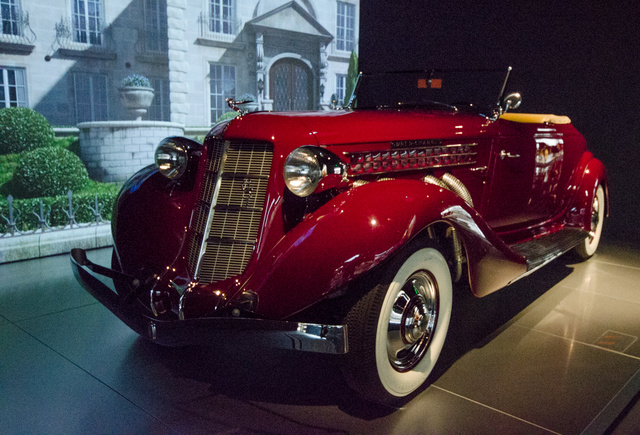 Auburn 851 SC 1935-ből; korának legendás autója, melyet előszeretettel vásároltak filmsztárok és jól menő brókerek. Nyolchengeres turbómotorja 150 lóerőt tudott, de ekkorra az Auburn már a Cord tulajdona volt, és ebben a motorban már a Duisenbeng műszaki tudománya is benne volt.
