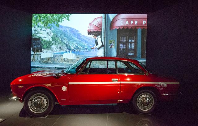 Alfa Giulia GTV - 1967. Ilyen autót legalább már láttam élőben. Viszont a filmről, ami mögötte ment, percekig azt hittem, valami régi olasz mozi, amiben Mastroianni pincért alakít. Csak amikor tényleg elkezdtem rá odafigyelni, láttam, hogy ez valami kamu hangulatfilm, kizárólag ide, a Sanghaji Autómúzeumba.