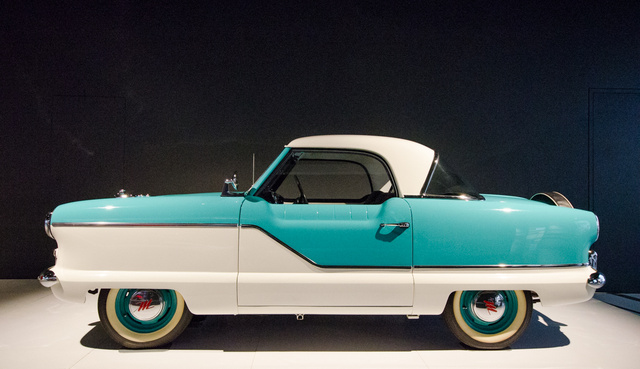 Nash Metropolitan - 1959. Amikor Amerikát a legnagyobb batárok uralták, ez valóságos Smartnak számított. A formatervezést a Nash és a Pininfarina dizájnerei végezték. A Metropolitan ugyanakkor a tudományos piackutatás korlátait is megmutatja: elméletben, legalábbis amikor kérdőíveket kellett kitölteni, az amerikaiak nagy része mondta, hogy igen, de jó lenne egy gazdaságos kocsi, a valóságban azonban alig vettek ilyet. És persze még a Bogár is jobban gyorsult.