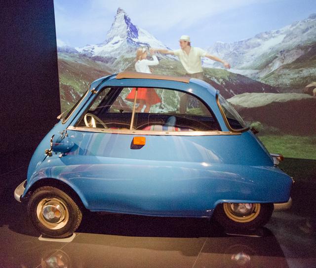 Az 1960-as Isetta-BMW mögött is saját, korhűre fényelt film ment egy németül enyelgő fiatal párral az alpesi hegyek között.