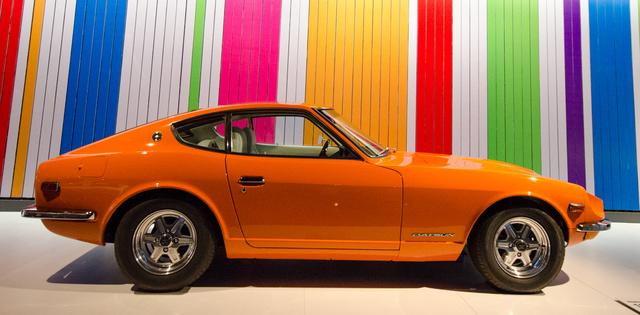 Ügyelnek rá, hogy egyik autó se legyen csak úgy kiállítva, minden attrakció nélkül. Az 1970-es Datsun 240Z mögött például időnként átfordul a korabeli stílusú háttér...