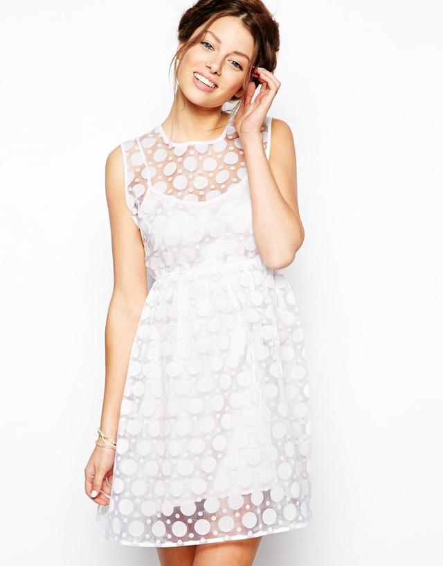 Ebben a multifunkciós ruhában az a tuti, hogy éppúgy felveheti esküvőre mint egy laza nyári sétához. A mell és szoknyarésznél kissé átlátszó, a csipkeborításnak köszönhetően mégis visszafogott ruha 128 dollárba kerül az ASOS-ról.