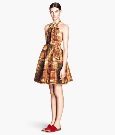 A H&M-nél barátibb árakon lehet beszerezni extravagáns ruhákat: ez a nyakbakötős, hagymaszoknyás, festményt idéző darab 14900 forintba kerül.