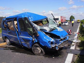 Felborult egy kisbusz az M5-ösön