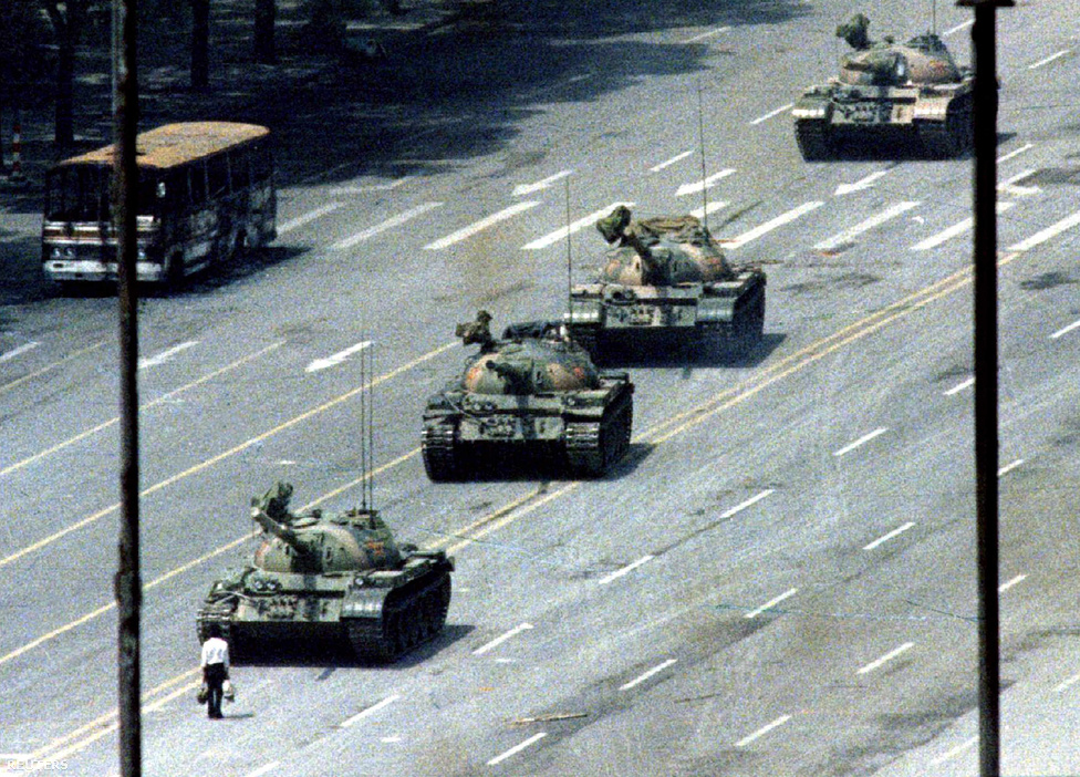 Jeff Widener először azt hitte, csúnyán elszúrta a fotókat, amiket egy pekingi hotel hatodik emeleti erkélyéről lőtt. Influenzás volt, kifogyott a filmből is, egy barátja az utolsó pillanatban szerzett egy tekercset, amivel 800 méterről lőtt néhány elmosódott képet a tüntetés másnapján – a képekre azonnal lecsaptak a világ legnagyobb újságjai. Az ismeretlen tüntetőről máig nem tudjuk, ki volt: egyesek szerint Wang Weilin, egy 19 éves diák lehetett, aki megállította a tankokat az utca közepén, majd az egyikre fel is mászott tiltakozásképpen, de Kína tagadja, hogy valaha megtalálták volna az illetőt. Az ikonikus kép nem teljesen egyedülálló, három másik hasonló is készült 1989. június 5-én, egy nappal a világ egyik leghírhedtebb leszámolásává fajult tüntetése után Pekingben, a Mennyei béke terén, és máig az elnyomó rendszerek elleni tiltakozás szimbóluma. Képünkön Arthur Tsang felvétele