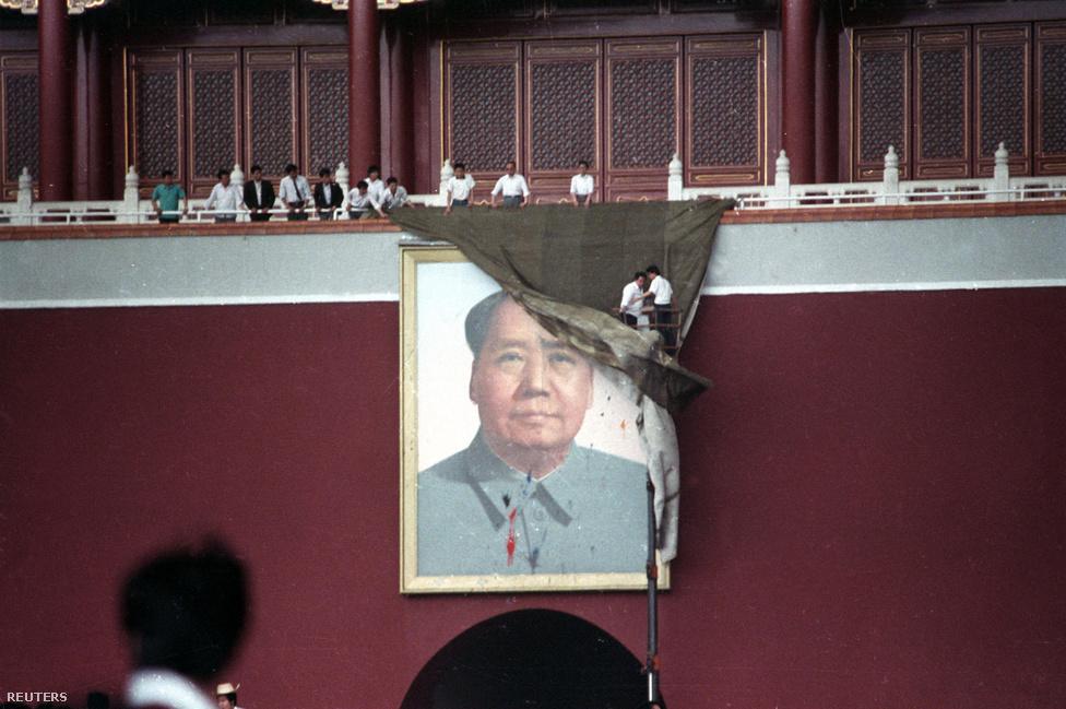 Teng máshogy látta a helyzetet: mivel kiderült, hogy a rendőrség nem tartja kezében a helyzetet, a hadsereget kell mozgósította. Li Peng miniszterelnök és helyettese, Jao Ji-lin biztosították a támogatásukról. Május 23-án tüntetők a Tienanmen téri Mao-portrét is megpróbálták letépni.