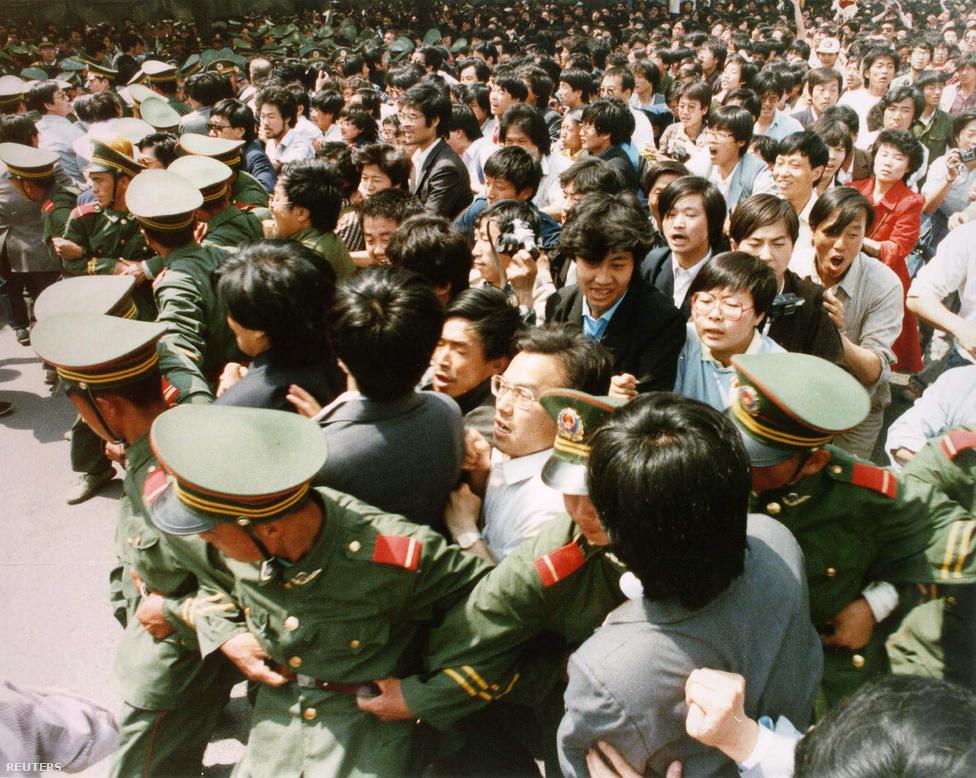 Pekingben május 20-án szükségállapotot vezettek be, miután a tüntetők száma elérte az egymilliót. A tömeg néhány nap alatt a város nagy részét elfoglalta, a rendőrök a külső kerületekbe szorultak.