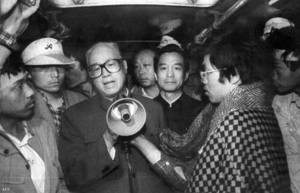 """Május 17-én Teng Hsziao-ping a lakására hívta a párt legfelsőbb vezetőit, hogy közösen keressenek megoldást, Csao Ce-jang pártfőtitkár ellenezte az erőszakos fellépést. A nemsokára leváltott, élete végéig házi őrizetben tartott Csao Ce-jang másnap még meglátogatta az éhségsztrájk miatt kórházba került fiatalokat. Két nappal később a térre is elment, és kijelentette a köréje gyűlteknek: """"Későn jöttünk""""."""