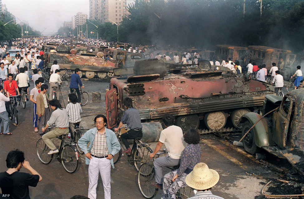 Kiégett tankok a téren április negyedikén. A sérülteket kétségbeesett lakosok szállították kórházba riksákon, az embereken eluralkodott a kétségbeesés, ahogy a hadsereg váratlanul és ilyen eltúlzott erővel csapott le a békés demonstrálókra.