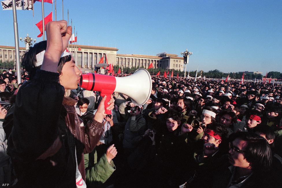 A május 13-áról 14-re virradó éjszaka ötezren vettek részt a téren rendezett éhségsztrájkban.