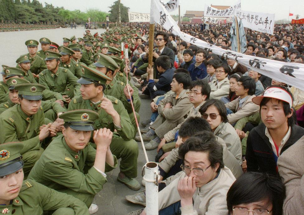 """A történet jóval korábban kezdődött: a Kínai Kommunista Párt (KKP) egykori liberális szellemű főtitkárát, Hu Jao-pangot 1987 januárjában azért kényszerítették lemondásra, mert """"szabad teret engedett a burzsoá liberalizmusnak"""", azaz nem utasította el élből a Párt hatalmát megkérdőjelező diákok követeléseit."""