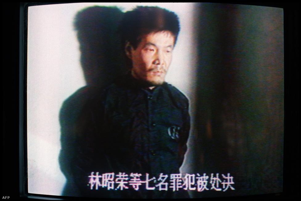 """Lin Csao-rong bűne az volt, hogy részt vett a megmozdulásokban: felgyújtott egy tankot, ellopta a katonák egyenruháját.. A hadsereg lapja """"súlyos ellenforradalmi zavargásról"""", Teng Hsziao-ping pedig öt nappal később olyan """"politikai viharról"""" beszélt, amelynek """"előbb vagy utóbb meg kellett történnie, de meg kellett állítani a hosszú távú stabilitás érdekében"""". Lint hat társával együtt kivégezték."""