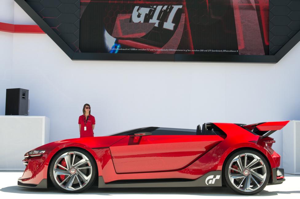 A díszvendégek, Ferdinand Piech és Martin Winterkorn vezették fel a legnagyobb durranást, ami a Sony Granturismo 6 játékban virtuálisan vezethető GTI Roadster Vision Granturismo bemutatója volt. Eléggé úgy néz ki, mint egy videojáték-autó, de önerőből gurult a színpadra, és hosszasan túráztatták is. A kétliteres TFSI-t egyébként már egy ugyanitt kiállított TT Quattro tanulmányautóba is berakták, 420 lóerős (!!!) teljesítménnyel. Először örültem is, hogy de jó, lesz V8-as TT, aztán elolvastam az apró betűs részt. Persze így sem ígérkezik rossznak.