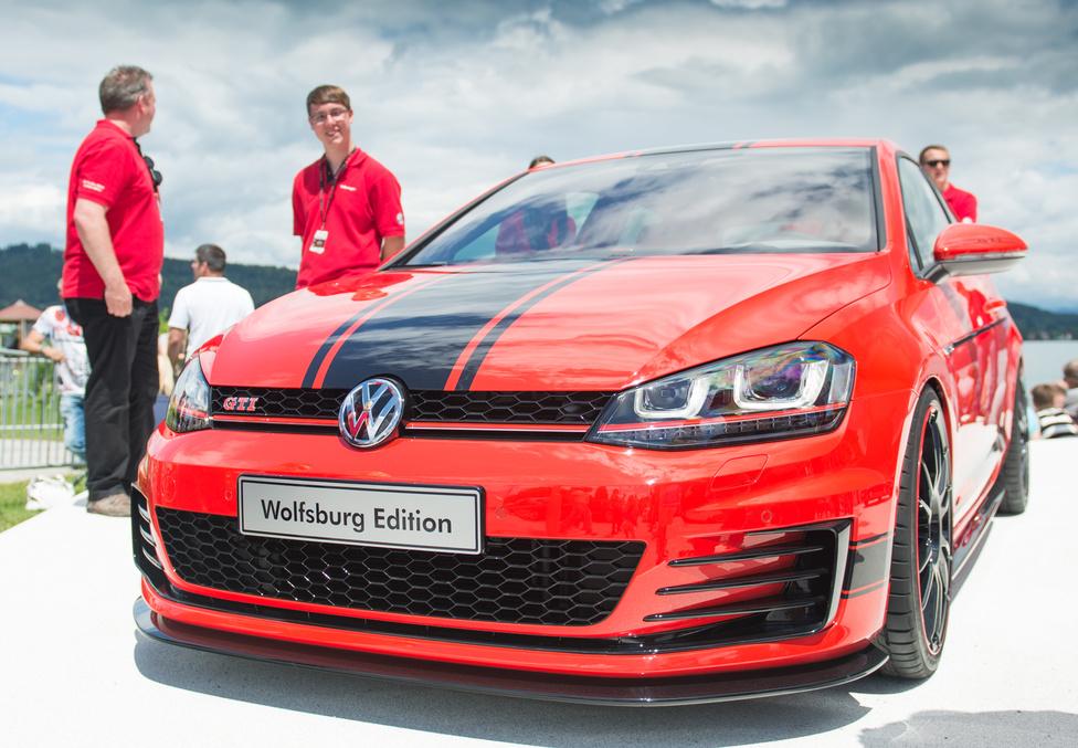 Az új Golf GTI Wolfsburg Edition is itt mutatkozott be. Nem tudom, kalapból húzzák-e a számokat, vagy van valami rulettkerék-féléjük, de ezúttal 380 lovat dobott a gép a kétliteres TFSI-nek. És persze rengeteg Wolfsburg-címet a beltérbe. Már most is jól néz ki, és mekkora sztár lesz ugyanez ugyanitt 30 év múlva...