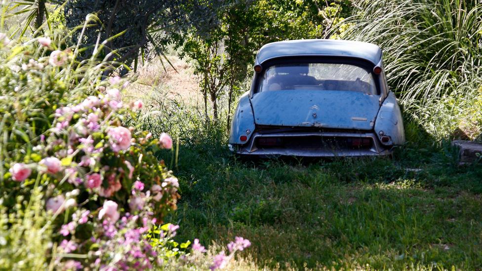 Egy másik DS ugyanannak a háznak a másik felén - a tulajdonos egy időben nagy Citroen-mániás lehetett, de a kocsik állapotából ítélve a lelkesedés már egy ideje alábbhagyott
