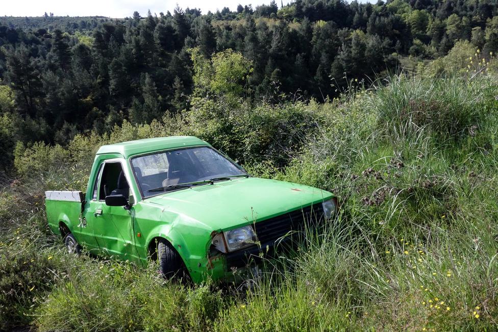Úgy tűnik, ezt a slime-zöld Escort pickupot itt érte utol a szívroham. De van rajta vagány dísztárcsa, tetőmagasítás és matrica!