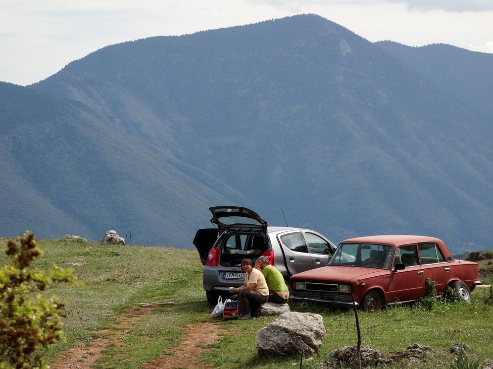 Érdekes, miközben rettentő sok az öreg pickup, személyautóból már közel nincs olyan sok idős példány a görög utakon, legalábbis a peloponnészoszi félszigeten nem. Ezek után meglepő, hogy az egyik ritka öreg autó, amibe botlottunk, épp egy két nagy félszigettel odébbi mediterrán országban készült Seat 124D volt. A piros kocsi az